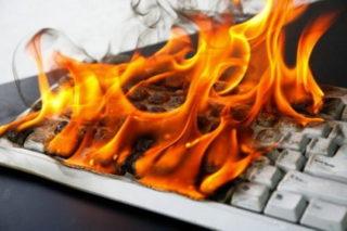 Un PC en panne suite à un dégât électrique (feu)